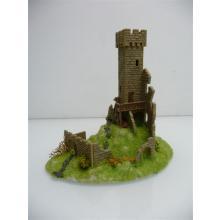 Burgturm auf grünem Hügel mit Ruinenmauer