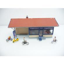 Kleines Gewerbehäuschen RAD HAUS / Fahrradwerkstatt mit Radlern und Bikern